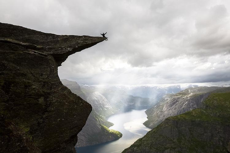 与恶魔之舌共舞:让人惊叫的悬崖自拍