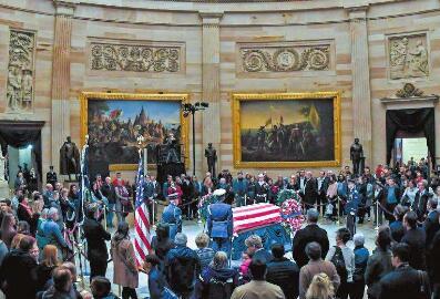 老布什停灵国会大厦圆顶大厅 民众排队悼念
