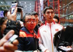 """中国短道速滑队运动员归国获""""粉丝""""迎接"""