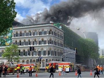 新西兰奥克兰市中心大火仍在持续燃烧