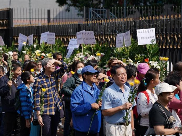 """香港市民为被暴徒杀害的清洁工罗伯举行""""头七""""法事"""