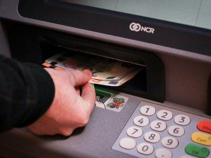 7天内5次取1万美元 银行为何被罚?