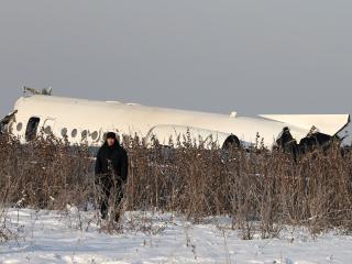 """哈薩克斯坦客機墜機前""""傾斜飛行"""""""