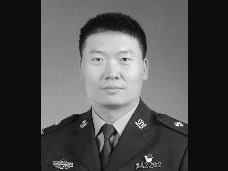 浙江诸暨一民警控制违法嫌疑人后昏倒 因公牺牲