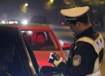 陕西一交警大队长酒后驾车被当街带走 已被免去职务