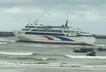 广西北海大风致客轮搁浅 700旅客滞留海上10小时