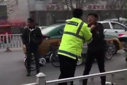 """女孩跪求交警""""不要打爸爸"""" 警方:不存在殴打"""