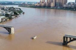 广东东江大桥垮塌救援进展:被打捞出水车辆车内无人