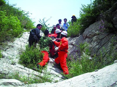 湖北神农架:70名游客迷失深山 消防员深夜搜救