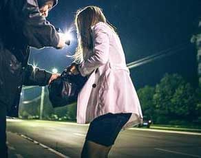 """女子散步遭遇劫匪还被劝""""以后夜里不要一个人外出"""",结果……"""