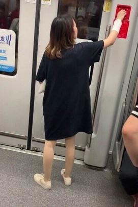 女乘客敲击车门还擅动紧急拉手?上海地铁回应