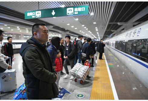 广州南站迎客流高峰期 暑运日均停靠863趟列车
