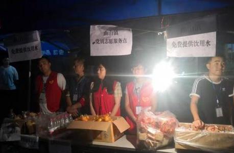 汶川因暴雨转移疏散滞留游客 民众免费为过往游客送水和食物