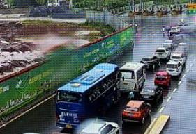 雅叶高速四川雅康段突发山体滑坡实行临时交通管制