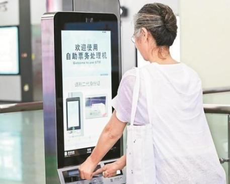 """深圳地铁试行智慧客服系统 60岁以上老人可""""刷脸""""乘坐地铁11号线"""