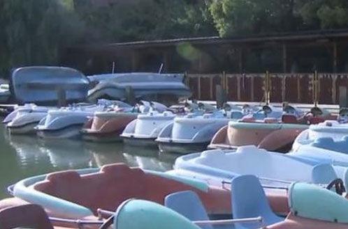 女子獨自坐船游湖,售票員大叔一路尾隨…果然出事了!