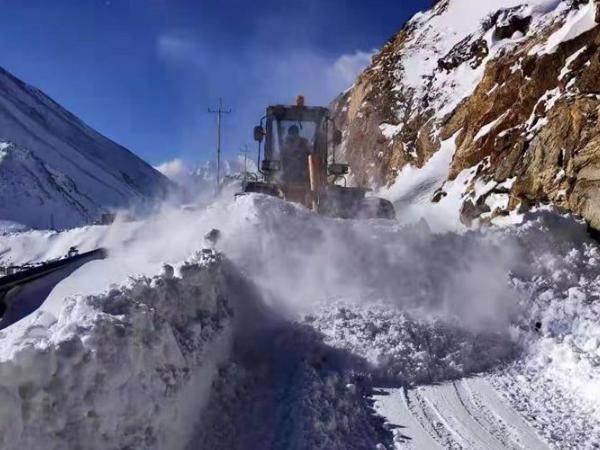 西藏日喀则普降暴雪 电力交通逐步恢复无人员伤亡