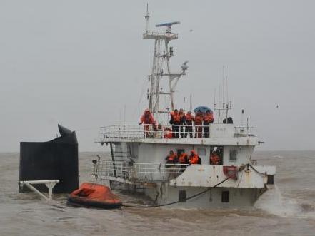 东海救助局成功救助坐沉货船上13名遇险人员