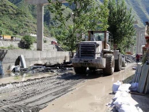 甘肃文县遇强降雨河水暴涨 一消防员为救孕妇牺牲